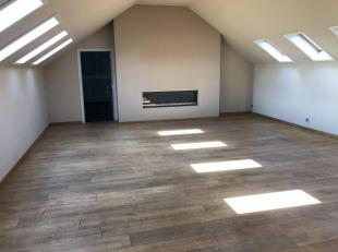 Bovenverdieping : loft met 2 SLK - badkamer met inloopdouche - living met parketvloer - grote keuken .<br /> Beneden verdieping : praktijkruimte / liv