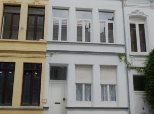 Ruime gezinswoning met 4 grote slaapkamers, badkamer met ligbad en 2 keukens.<br /> De woning word gekenmerkt door hoge plafonds en heeft tevens een r