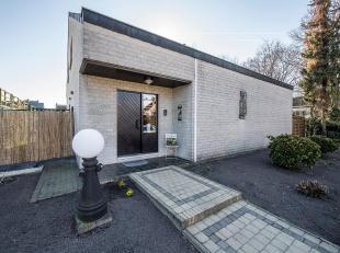 Deze ruime vrijstaande woning (bouwjaar 1983) staat te koop in Leopoldsburg op een perceel van bijna 7 are grond. De mooi aangelegde tuin, het terras