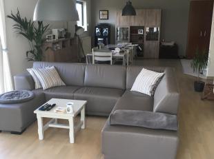 Ruim duplex appartement met groot terras in het centrum van Bocholt. Indeling: inkomhal, apart toilet, berging/wasplaats, zeer ruime living met veel l