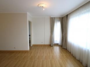 (Contract in ondertekening!) Zonnig appartement in hartje Genk, vlakbij trein- en busstation, Delhaize, markt en shoppings. Onmiddellijk beschikbaar.<