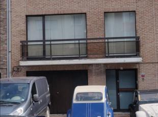 Cette agréable maison 2 façades de type bel-étage est située dans une impasse et à proximité de l'autoroute. La maison dispose d'un salon spacieux (47