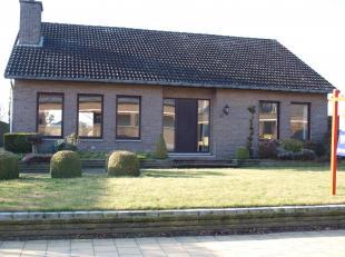 Mooie gezinswoning met 2 grote slaapkamers en 1 kleinere slaapkamer, een inpandige garage en een ruime tuin. Deze woning is gelegen tussen Overpelt en