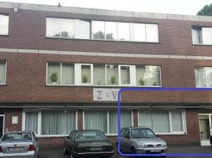 Het rookvrije appartement is gelijkvloers gelegen en heeft een aparte ingang aan de straatzijde. De keuken is ingericht met koelkast, oven, kookplaat