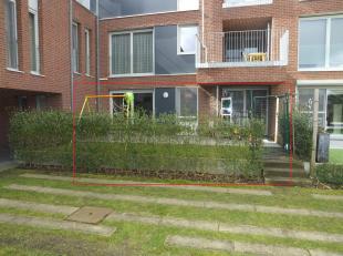 Het gelijkvloerse appartement heeft een mooie privé tuin, met haag. Het ligt niet aan de straatkant, maar kijkt uit op de gemeenschappelijke tuin. <br