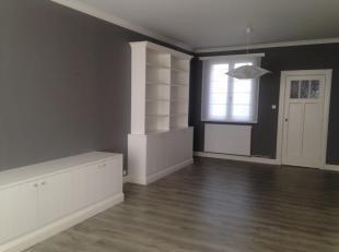 Gezellig appartement op 1ste verdieping in het centrum van Wilrijk. Alles vernieuwd en in orde. CV op gas, overal op maat gemaakte kasten.<br /> Ideaa