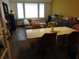 Dit gezellige gelijkvloers appartement met voor - en achtertuin, garage met oprit en kelderruimte is gelegen op een toplocatie, nabij de woonwijk Pulh