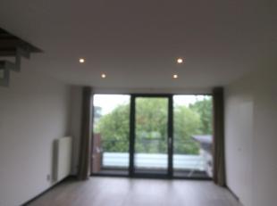 Penthouse duplex met drie kamers. Living, ingerichte keuken, gastentoilet, douchekamer, badkamer met ligbad, drie unieke terrassen waarvan een van 130