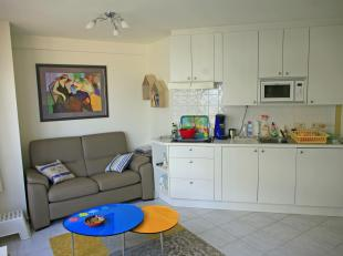Dit gezellige appartement bevindt zich op slechts acht meter van dijk en strand en pal in het commerciële hartje van Westende-bad. Troef is het bijna