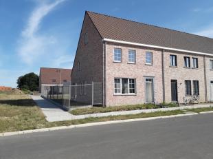 Recente woning met garage en tuin. <br /> GLV: inkom, wc, woonkamer, keuken en wasplaats.<br /> 1e VERD: drie slaapkamers, wc, bergplaats en badkamer.