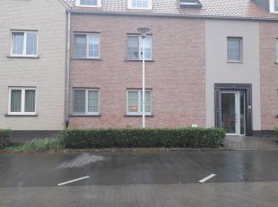 Gelijkvloers appartement met tuin en 2 slaapkamers te Huur, centraal gelegen in centrum van Opwijk: inkomhal, woonkamer met open keuken, toilet, badka