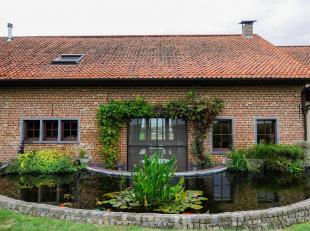 La maison est situé dans la campagne  à 18 min. de Louvain, facilement accessible par l'autoroute E40, un arrêt de bus à distance de marche ainsi qu'u