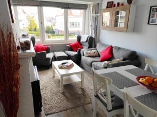 Mooi vernieuwd gelijkvloers met 2 ruime slaapkamers en grote hall. Kleine gezellige living, ingerichte keuken, nieuwe badkamer met douche, berging. Ga