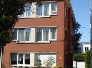 Appartement met 2 slaapkamers en garage in een rustige buurt.  2de en hoogste verdieping (geen bovenburen), 2 slaapkamers (3,6 x 4 en 2,8 x 4) met lam