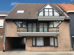 Twee identieke zeer verzorgde appartementen met 2 slaapkamers op de 1ste verdieping . Er is een appartement links en rechts in het gebouw . Beide appa