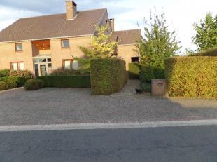 Mooi en degelijk huis , zeer ruim, in heel rustige straat gelegen, met heel aangename oostelijk gelegen grote tuin. Buiten het woongedeelte ook afslui