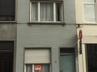 Een op te frissen rijhuisje dicht bij centrum Kortrijk. Heeft gekeurde elektriciteit, een badkamer met douche, een stadskoertje en een ruime zolder di