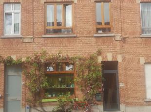 Super gezellige woning met sprookjesachtige groene tuin in Kessel-lo vlakbij het station van Leuven. De woning is gelegen in een levendige straat met