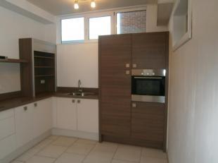 Recent gerenoveerde hoekwoning met 3 slaapkamer<br /> gelijkvloers: hal, living, keuken, badkamer.<br /> eerste verdiep: 2 slaapkamers, terras.<br />