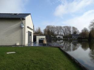 Heerlijk rustig en uniek wonen! Instapklare woning (open bebouwing) met ruim terras en tuin, grenzend aan een grote vijver. Gelegen in Liezele, vroege