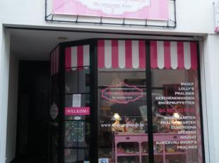 Handelsgelijkvloers met achterliggende keuken en toilet, midden in de drukke winkelwandelstraat van het centrum van Diest. <br /> Huurprijs maandelijk