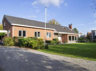 Dit split-level eigendom werd gebouwd in 1964 en is in de loop der jaren verschillende keren grondig gerenoveerd. Voor die bouwtijd oogt deze villa er