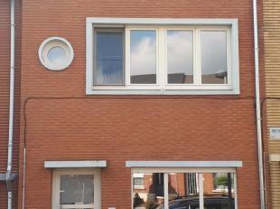 Opgeknapte rijwoning in een rustige straat met parkeergelegenheid net buiten de ring van Tienen, op 4 km van de E40. Nieuwe ramen geplaatst in 2015, n