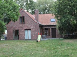 Landelijke gelegen woning met tuin en weide te koop te Menen (op grens met geluwe, moorsele)<br /> <br /> Deze alleenstaande woning heeft living, keuk