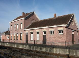 Zeer typisch, weinig voorkomend op te frissen stationsgebouw van Balegem-Dorp met op het gelijkvloers een stationsgedeelte met een wachtzaal, een loke
