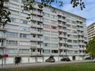 Ruim, goed gelegen, op te frissen appartement op de 5e verdieping met een inkomhal, een zeer ruime woonkamer, een gesloten keuken met toestellen, een