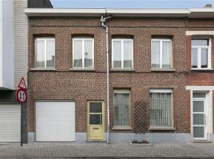Deze zeer brede woning heeft een straatbreedte van 8 meter, wat ze ideaal geschikt maakt voor een groot gezin. Zowel de troef van vier slaapkamers als