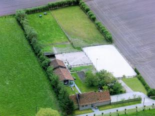 Uniek en landelijk gelegen vernieuwde hoeve (2014) met paardenpiste op een perceel van5679 m².Deze hoeve in landelijke stijl werd met oog voor de