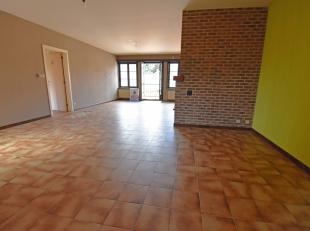 Goed gelegen ruim 3 slaapkamer appartementmet een woonoppervlakte van 140 m². Gelegen in het centrum van Knesselare. Indeling:Inkomhal, ruime liv