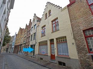 Charmante Brugse trapgevelwoning gelegen in het historisch centrum, vlakbij het Jan van Eycklplein. INDELING: Inkom, ingerichte keuken, woonkamer, toi