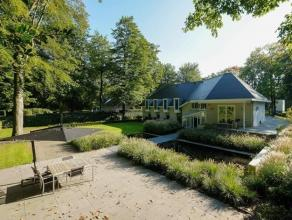 Moderne villa met zwemvijver op een perceel van ca. 2047 m2. Indeling: Gelijkvloers: Inkomhal met gastentoilet en vestiaire, dubbele glazen deur naar