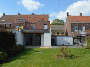 Laat je verrassen door deze zeer centraal gelegen gezinswoning in hartje Rollegem. Kers op de taart is het naastgelegen perceel bouwgrond, op vandaag