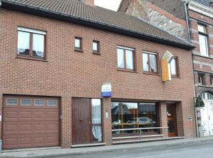 Deze woning met handelszaak is gelegen in het hartje van Gullegem op een top locatie. Vooraan op het gelijkvloers een winkelruimte van 40 m² met