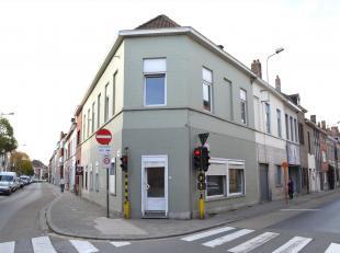 Deze te renoveren woning (met handelspand)  in hartje Kortrijk en 4 slaapkamers met garage biedt heel wat mogelijkheden.<br /> Op het gelijkvloers bev