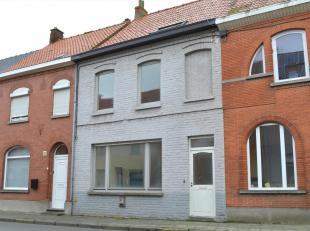 Verrassend ruime gezinswoning gelegen in het centrum van Rollegem.<br /> Een gezellige rijwoning met aparte inkomhal, ruime leefkeuken met de leefruim
