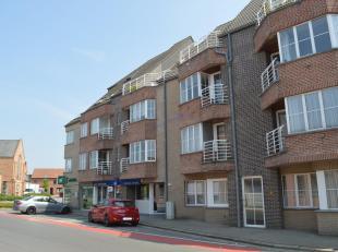 Verzorgd 2 slaapkamer appartement vlak in het centrum van Rollegem-Kapelle en dus dichtbij winkels, bakker, ...<br /> Het appartement bevindt zich op