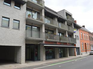 Dit recente dakappartement met 3 slaapkamers situeert zich op de derde verdieping van deze jonge residentie. Van hieruit zit u bij alle winkels zoals