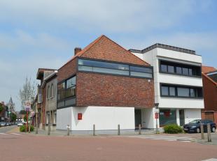 Recent gebouw bestaande uit gelijkvloers handelspand en 2 appartementen. Het gebouw beschikt over 2 aparte inkomdeuren, 1 voor het handelspand en 1 na