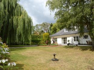 Deze villa zal menig hart sneller doen slaan! Verscholen in een oase van rust, volledig omgeven door groen en bereikbaar via de lange oprit vanaf de B