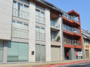 Dit verzorgde en volledig instapklare appartement op de eerste verdieping bevindt zich pal in het centrum van Kuurne, vlakbij de winkels, bakker, scho