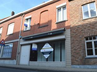 Ruime handelszaak met woonst gelegen in het centrum van Bellegem.<br /> Combinatie van winkelruimte en woonst bestaande uit commerciële ruimte, t