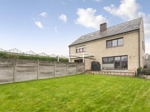 LEEMANS Immobiliën vous propose cette belle maison à trois façades située à Dilbeek. La propriété est s