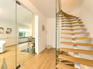 LEEMANS immobiliën biedt u deze prachtig gerenoveerde driegevel woning te Dilbeek. De woning is gelegen in een zeer rustige doodlopende straat, o