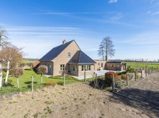 Dit aanbod bestaat uit een gerenoveerde hoeve met een woning en twee loodsen te Oostkamp. De hoeve is gelegen op een terrein van 2 ha 19 a 50 ca. <br