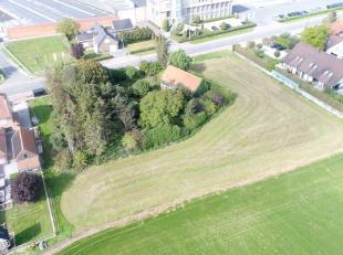 De hoeve is gelegen in Pittem en bestaat uit twee bouwkavels. De ene kavel omvat een te herbouwen woning met een schuur. Dit is gelegen op 2.926 m&sup