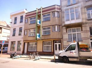 Uiterst centraal gelegen woning met 4 slpks in HARTJE Blankenberge!INDELING:Gelijkvloers:Inkomhal met authentieke deuren - ruime leefruimte met mogeli